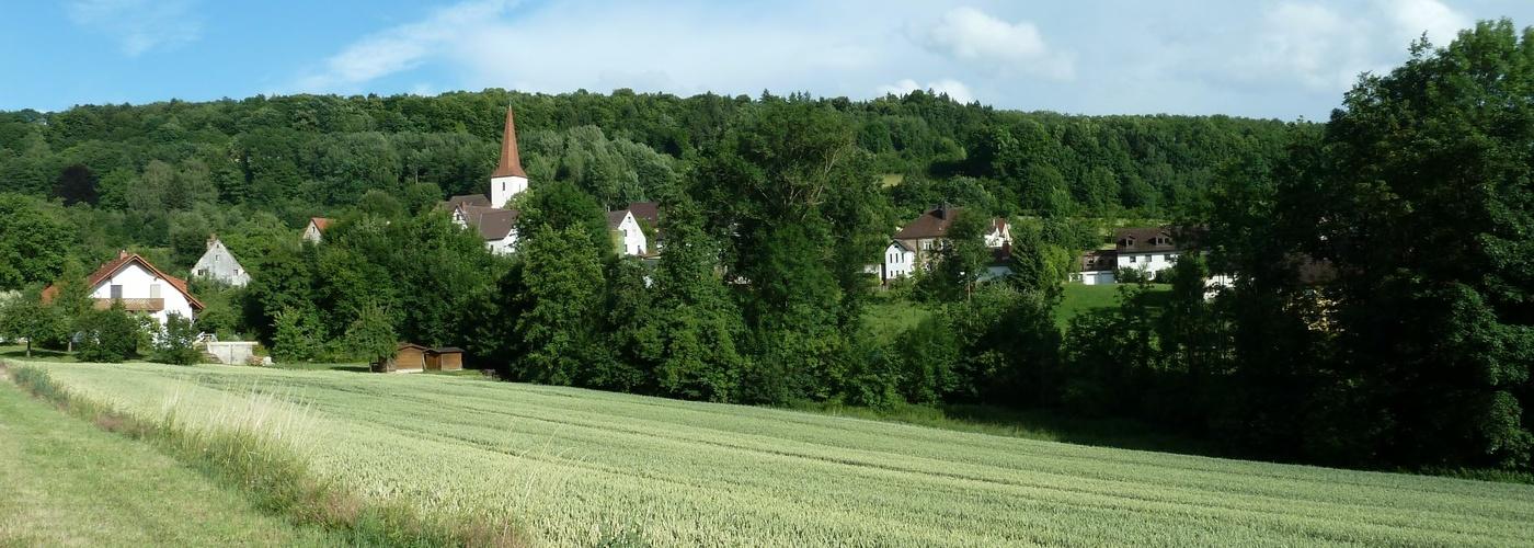 Landschaft mit Kirche weit